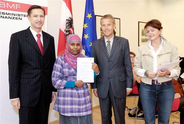 Menschen mit Schicksalen, die mich sehr bewegen: mit Sektionschef Mathias Vogl (BMI) und einer der Preisträgerinnen (C) HBF