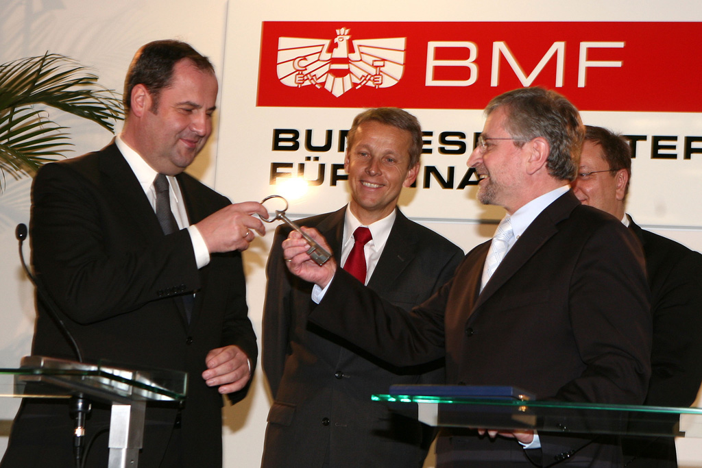 Wilhelm Molterer übergibt den Hausschlüssel an Vizekanzler und Finanzminister Josef Pröll. (C) BMF/Christandl