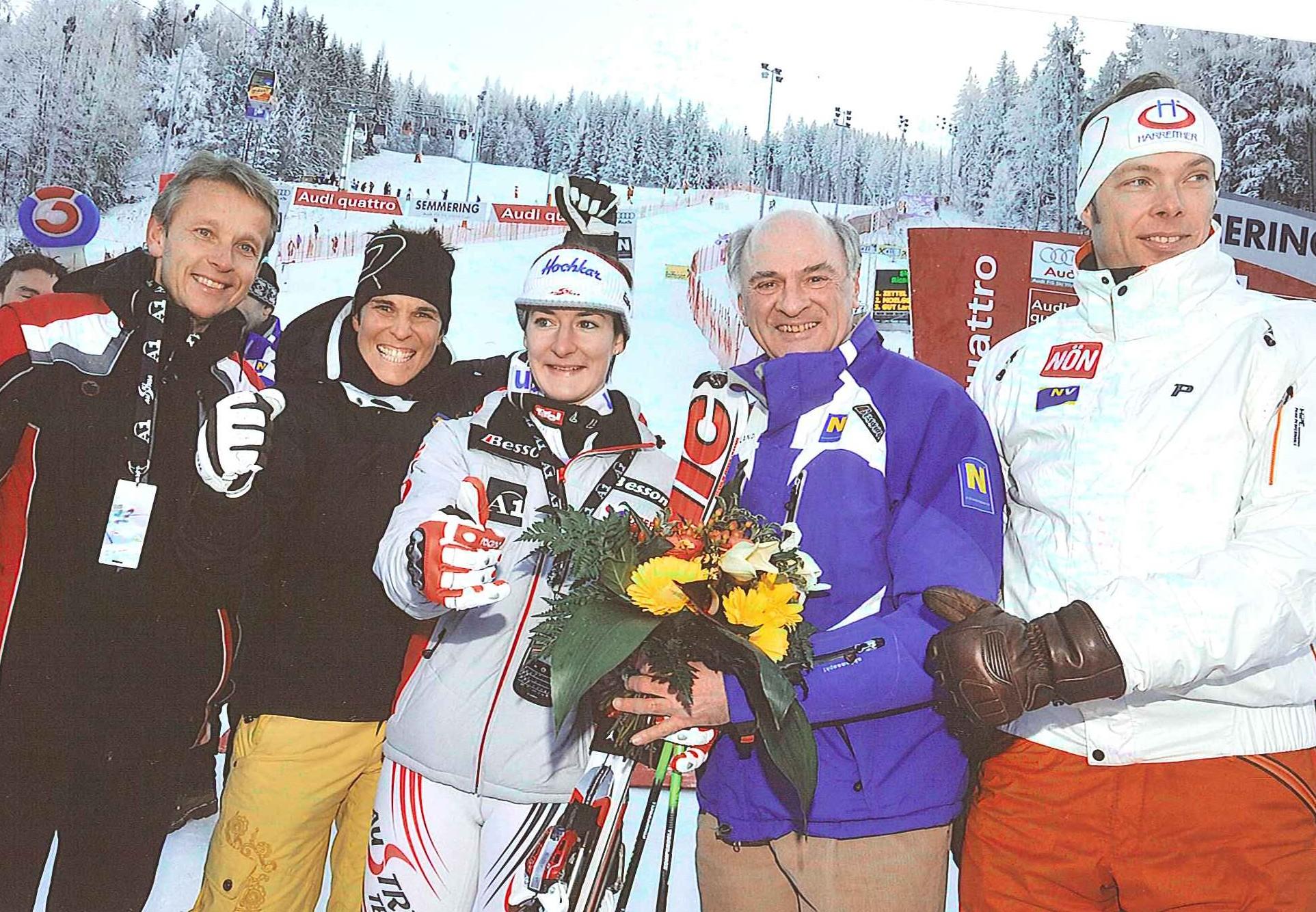 Mit Kathrin Zettl freuen sich die Niederösterreicher Michaela Dorfmeister, Erwin Pröll und Thomas Sykora (C) Büro Landeshauptmann Pröll