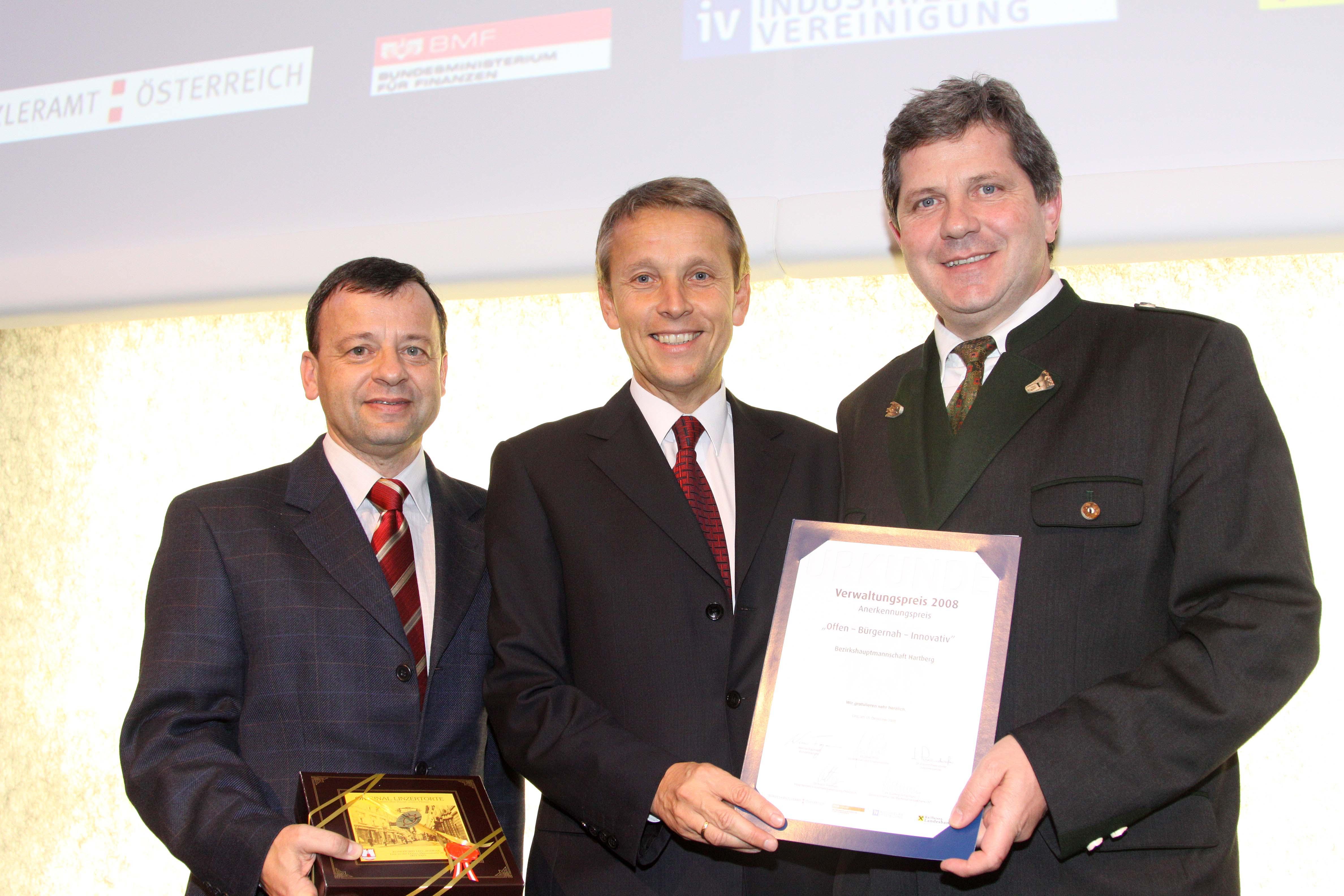 Bei der Überreichung des Verwlatungspreises an den Hartberger Bezirkshauptmann Max Wiesenhofer und Peter Rechberger (C) RLB OÖ