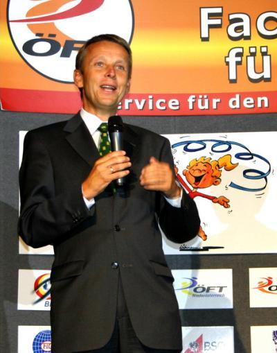 """Anlässlich der """"Turngala"""" konnte ich dem wiedergewählten ÖFT-Präsidenten Christian Katzlberger zu seiner Wiederwahl gratulieren und ihm für die vielen positiven Impulse des Turnverbandes punkto Bewegungsförderung danken (C) ÖFT / Ing. Marianne Daubner"""