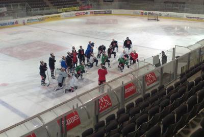 """Beim Eishockeytraining der """"Haie"""" konnte ich mich selbst davon überzeugen dass so ein Training auch für die Zuschauer unglaublich spannend ist und es von den Athleten vollen Krafteinsatz verlangt (C) StS Sport"""