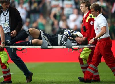 Von den gegnerischen Fans verletzt: Rapid-Torhüter Georg Koch (C) GEPA pictures / Walter Luger