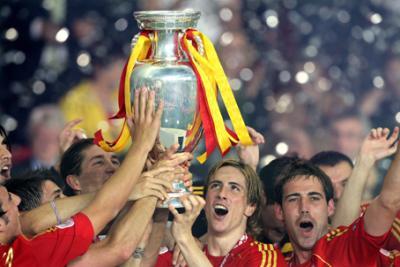 Der Goldtorschütze und der Pokal für den Sieger der Fußball-Europameisterschaft 2008, Spanien. (C) GEPA pictures / Pro Shots
