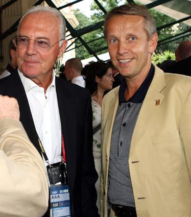 In der Österreichischen Fußball-Botschaft im Kursalon Hübner wurden die internatinalen Kontakte gepflegt, wie hier mit Franz Beckenbauer. (C) GEPA pictures / Christian Ort