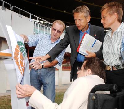 Bei der gemeinsamen Begutachtung der Barrierefreiheit mit Behindertenvertreter Alexander Ceh im Ernst-Happel-Stadion (C) HBF / Andy Wenzel