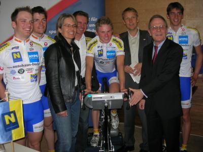 """Präsentation der """"Gläsernen Athleten"""" des U23-Radteams der NÖ """"RadUnion"""" gemeinsam mit NÖ LR Bohuslav und Ex-Radrennprofi Franz Stocher (C) StS Sport"""