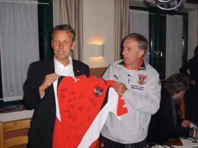 Beim Besuch des ÖFB-Teamquartiers überreichte Teamchef Josef Hickersberger ein Dress mit der Rückennummer 12 und den Unterschriften der Nationalspieler (C) StS Sport