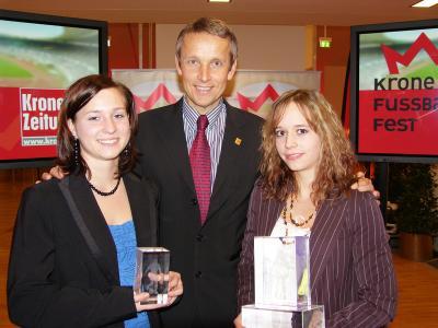Mit den Fußballerinnen des Jahres 2006 Daniela Auer und Tanja Barthofer (C) StS Sport