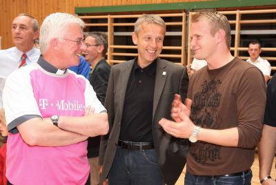 Unterstützung von Politik, Kirche und Sport: Weihbischof Franz Lackner und Mario Sonnleitner vom SK Puntigamer Sturm Graz (C) StS Sport