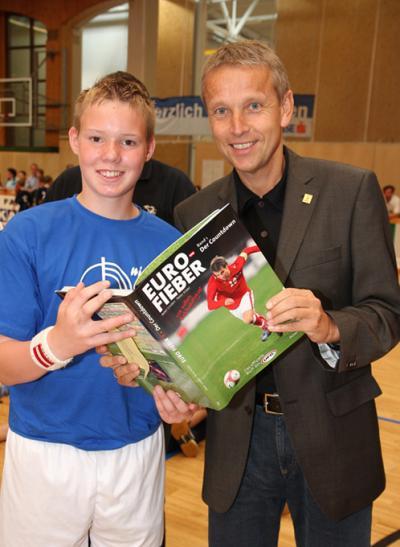 """Kapitän und Torschützenkönig (11 Tore) Patrick Glatz aus Grafendorf übernahm das """"EURO Fieber""""-Buch (C) StS Sport"""