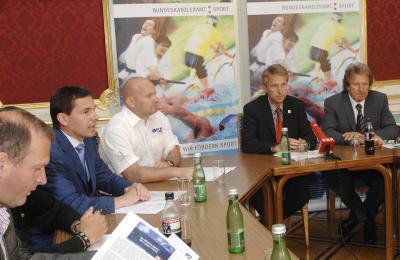 Bei der Pressekonferenz mit Chefredakteur von Bike-Media Mag. Andy Blümel, Mag. Harry Horschinegg vom ISMB, und Präsident des Radsportverbandes Gen.Dir. Otto Flum (C) HBF / Pusch