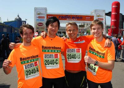 Nach der Marathon-Staffel mit seinen Söhnen und Hannes Riedenbauer beim diesjährigen Vienna City Marathon 2008 (C) Kronen Zeitung / Sportredaktion