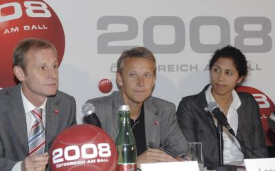 Geschäftsführer Heinz Palme und OK-Chefin der Frauen-Fußball-WM 2011 Steffi Jones bei der Präsentation der fünf Ziele um bis 2015 mehr Mädchen und Frauen für Fußball zu begeistern (C) HBF / Pusch