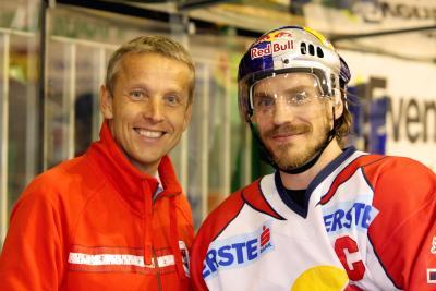 Sportstaatssekretär Lopatka mit dem frischgebackenen Meister-Kapitän Dieter Kalt (C) Jure Makovec