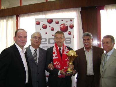 Herbert Prohaska, Samir Zaher, Präsident des Ägyptischen Fußballverbandes, Reinhold Lopatka, Hassan Shehata, Ägyptischer Nationaltrainer und Al Ahly Kairo-Präsident Hassan Hamdy präsentieren den Pokal (C) StS Sport