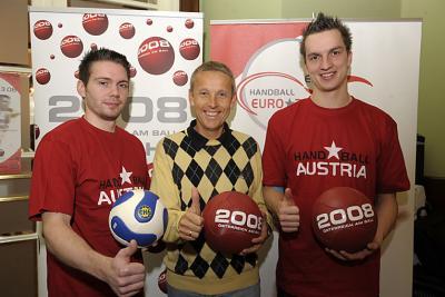 Handballer sind EURO-Botschafter: Sportstaatssekretär Lopatka ist mit den Nationalteamspielern Björn Tyrner und Markus Kolar am Ball. (C) HAGENpress