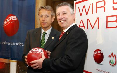 GANZ Österreich am Ball mit dem österreichischen Gemeindebund-Präsident Helmut Mödlhammer (C) GEPA pictures / Philipp Schalber