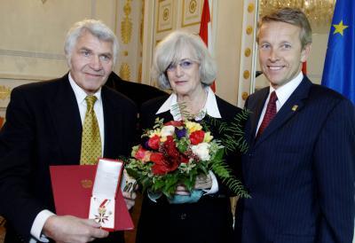 Dr. Sigmund Bergmann mit Gattin Ingeborg bei der Verleihung des Goldenen Ehrenzeichens für Verdienste um die Republik Österreich (C) HBF/ Livio Srodic