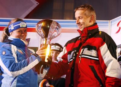 Bei der Siegerehrung in Lienz am Abend mit der strahlenden Siegerin Denise Karbon (C) GEPA pictures - Oskar Höher