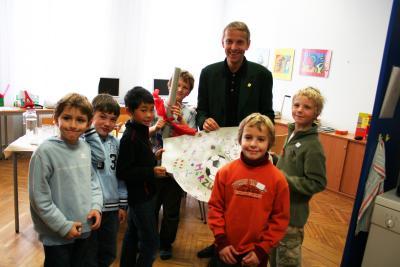 Übergabe der Puma-Bälle an die Kinder der Volksschule Hadersdorf (C) StS Sport