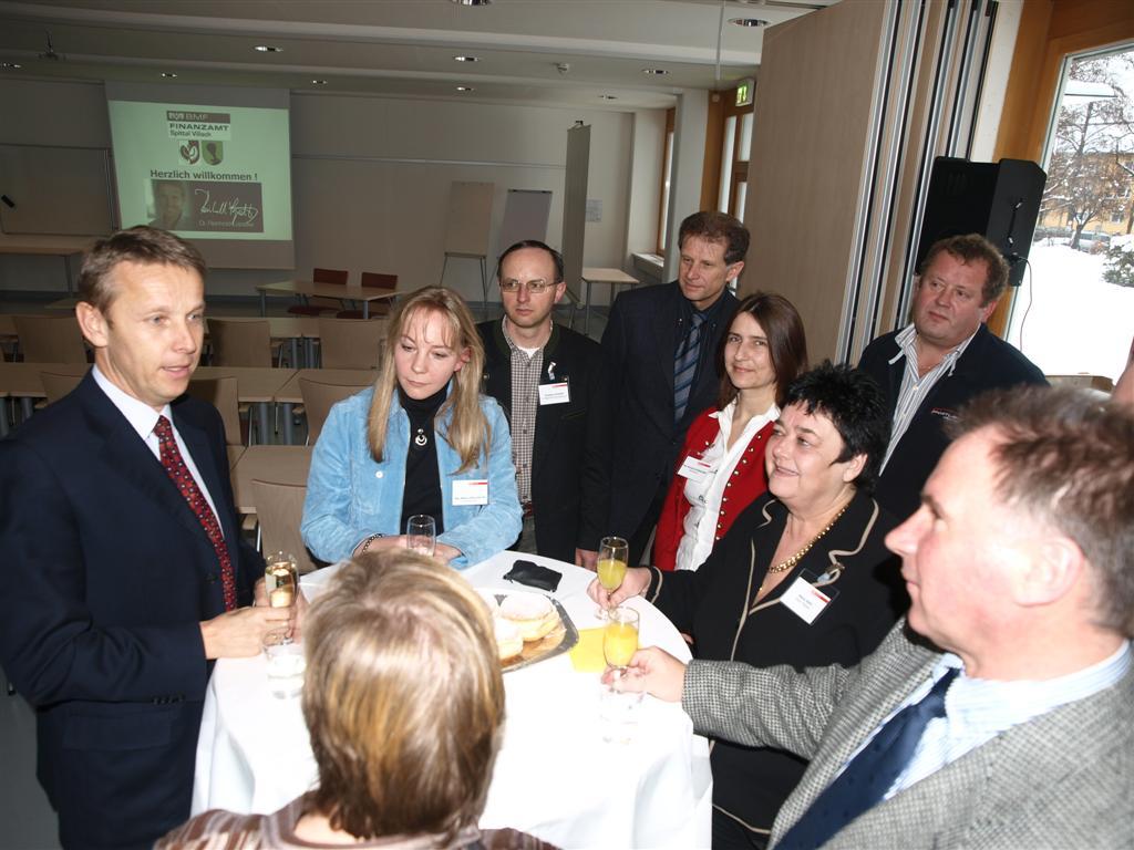Im Gespräch mit Mitarbeitern des Finanzamt Spittal/Villach (C) FA Spittal/Villach / Wilhelm Pleschberger