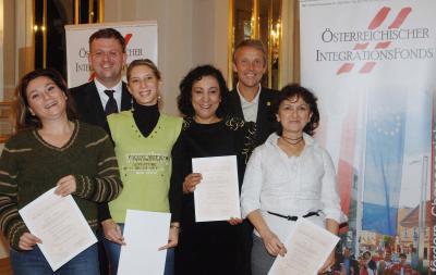 """Staatssekretär Reinhold Lopatka und ÖIF-Geschäftsführer Alexander Janda verliehen Diplome an jene Trainerinnen, die im Rahmen des ÖIF-Projekts """"Gymstick"""" eine Trainerausbildung absolviert haben. (C) HBF/Franz Hartl"""
