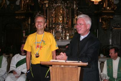Mit Weihbischof Franz Lackner nach dem Marathon in der Mariahilfer Kirche von Graz (C) Spiritual Mag. Stefan Ulz