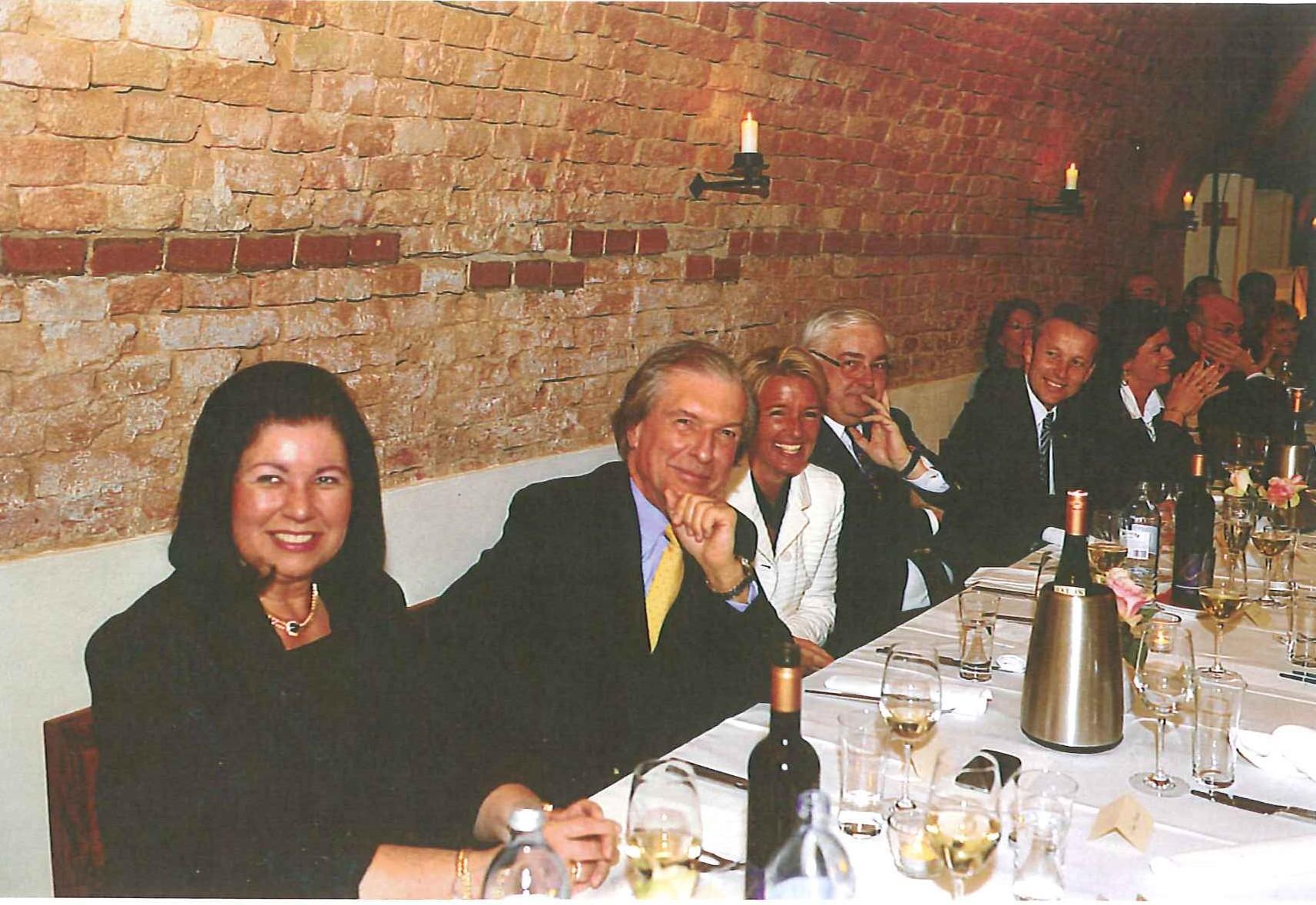 Anstoßen auf 60 erfolgreiche Jahre: Charlotte Rothensteiner, Jubilar Friedrich Stickler, seine Frau Berit, Walter Rothensteiner und reinhold Lopatka. (C) Privat