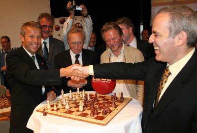"""Ein """"kleines"""" Spiel vor interessierten Fans des Schachsports (C) StS Sport"""
