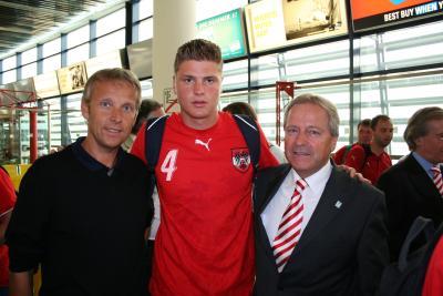 Mit Teamkapitän Sebastian Prödl und dem derzeitigen Hausherrn der U19-Fußballeuropameisterschaft, ÖFB Vizepräsident Dr. Leo Windtner (C) StS Sport