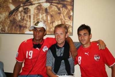 """Mit der """"grün-violetten"""" Allianz - Rubin Okotie und Veli Kavlak (C) StS Sport"""