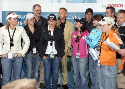 Staatssekretär Lopatka mit den Damen des österreichischen Skiverbandes (C) GEPA pictures