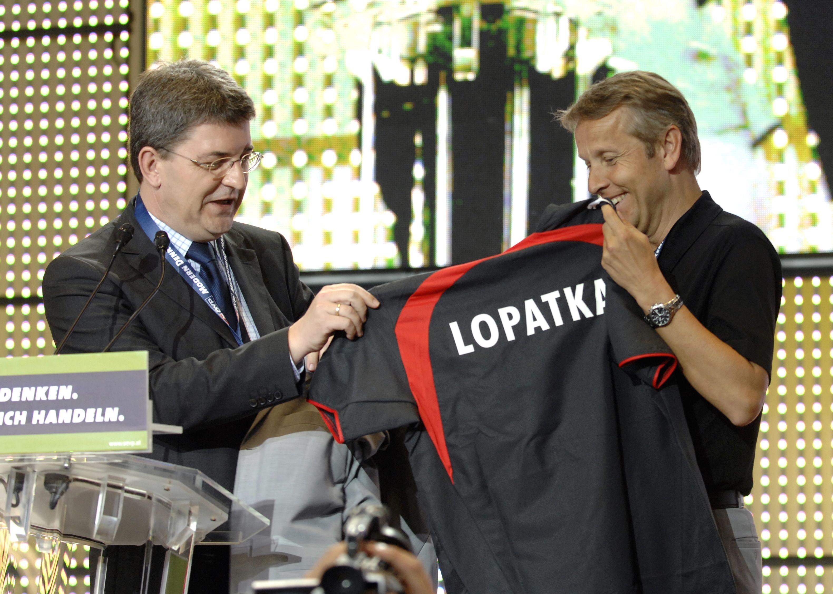 Von ÖVP-Generalsekretär Hannes Missethon bekomme als Überraschung ein Fußballdress des österreichischen Nationalteams mit dem Spielernamen Lopatka (C) Christian Jungwirth