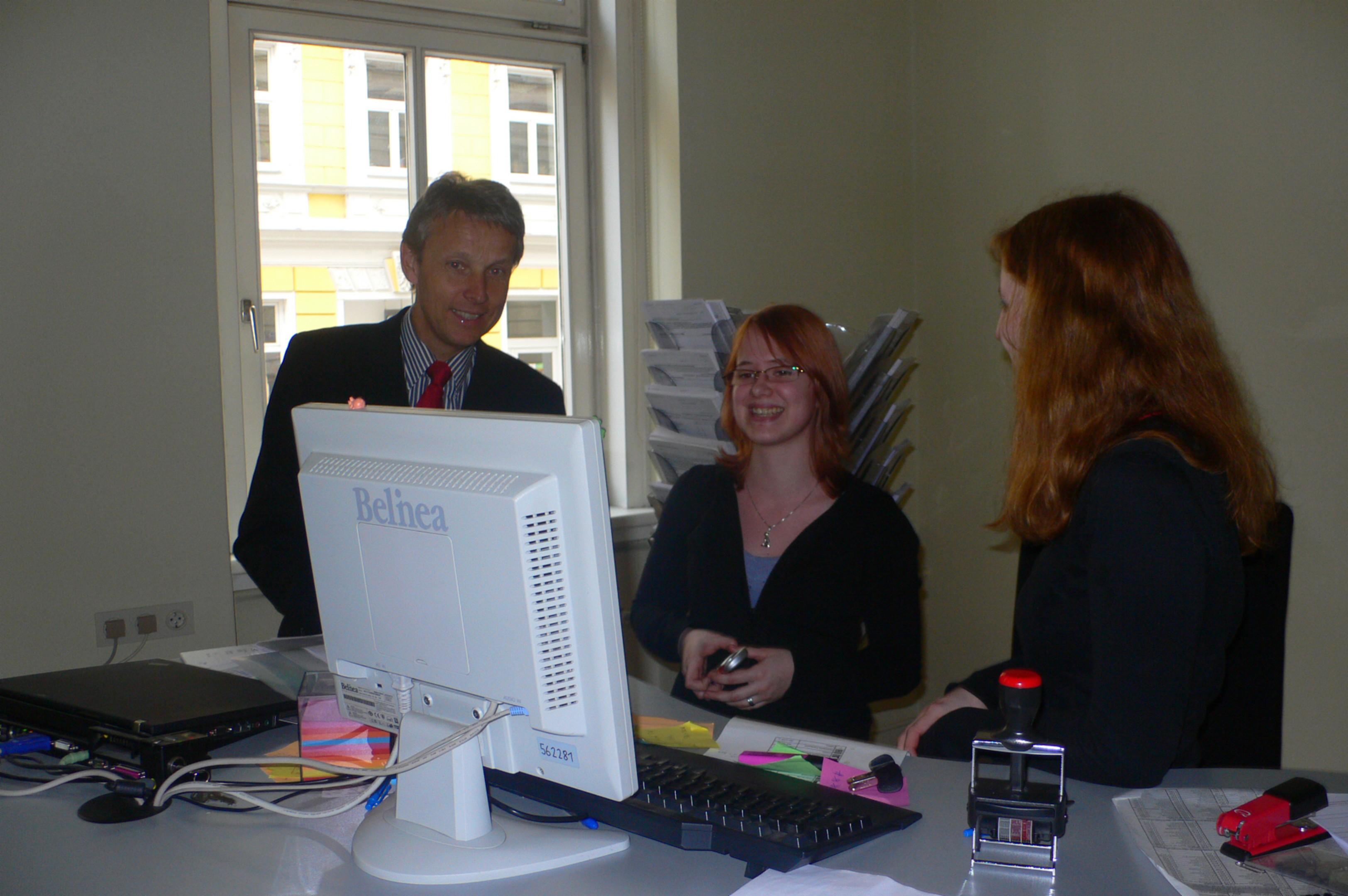 Interessante Gespräche mit Mitarbeitern des Finanzamtes (C) BMF / Michael Bucher