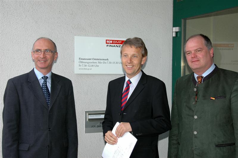 Mit dem Leiter des Finanzamtes Oststeiermark, Gerald Kriechbaum, und Personalvertreter Johannes Hartinger (C) FA Oststeiermark