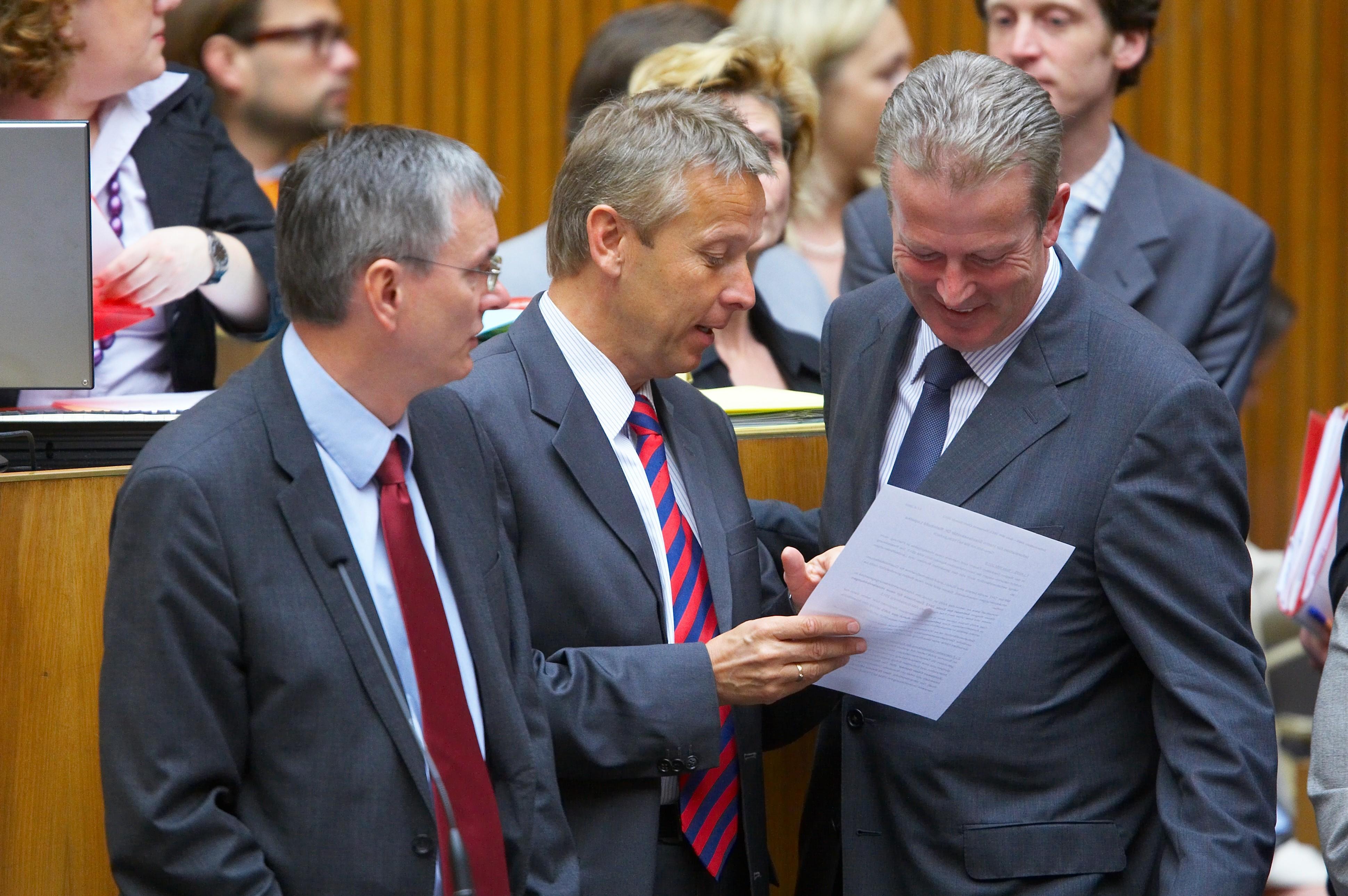 Im Gespräch mit Gesundheitsminister Alois Stöger und Wirtschaftsminister Reinhold Mitterlehner (C) BMF / Schneider