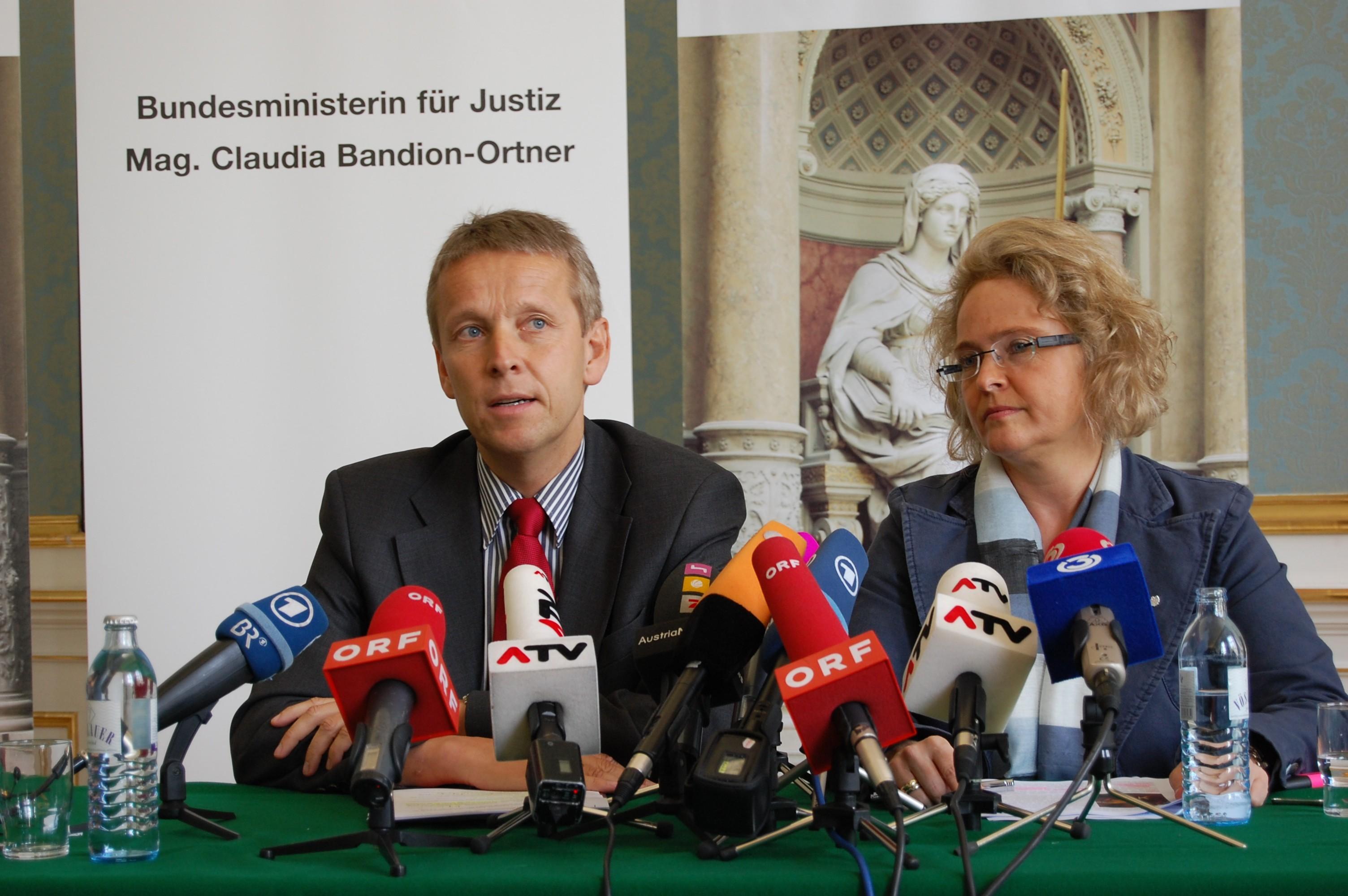 Großes Medieninteresse an der gemeinsamen Pressekonferenz mit Justizministerin Claudia Bandion-Ortner (C) BMJ