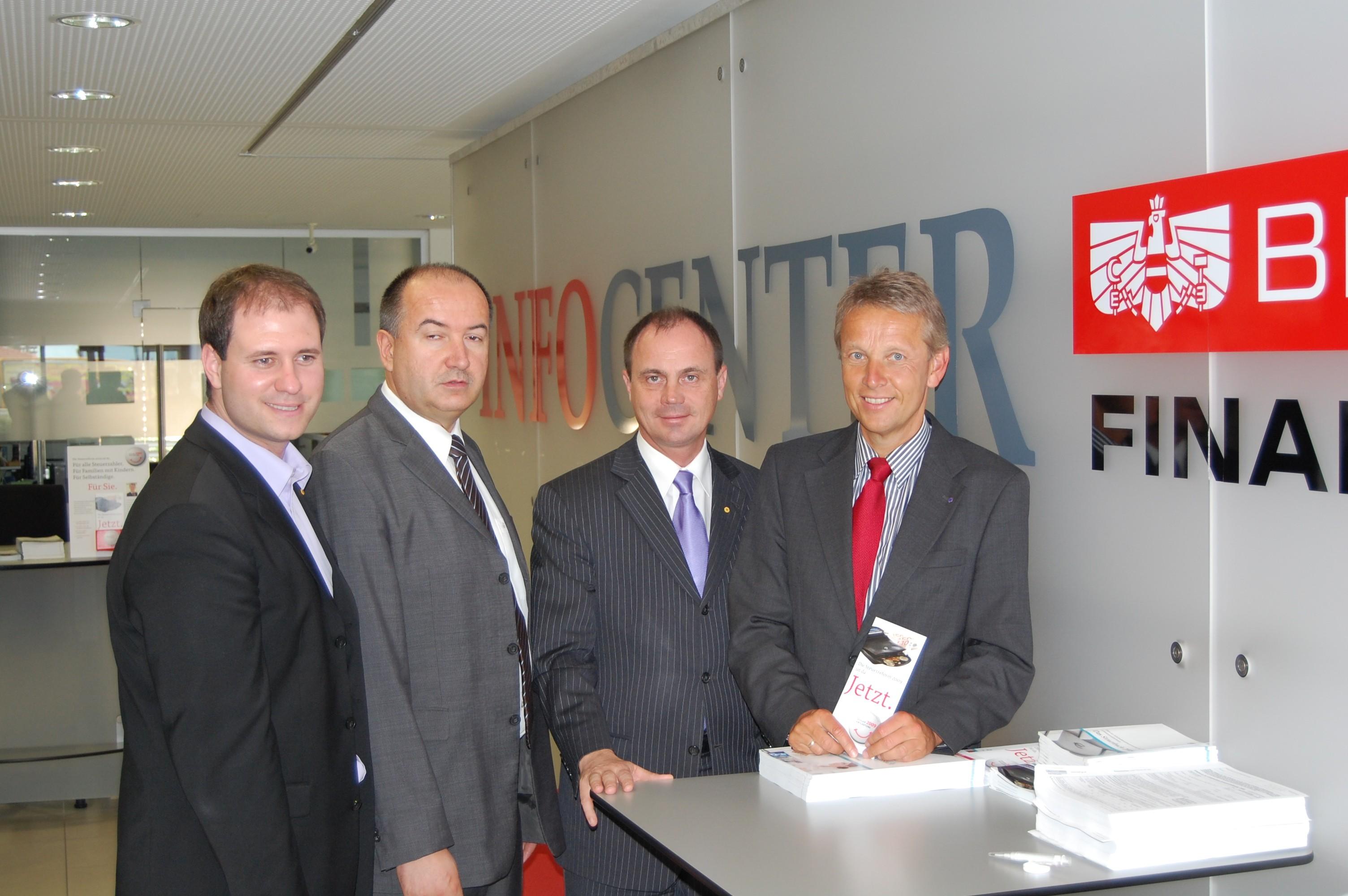 Im Finanzamt Eisenstadt mit Landtagsabgeordneten Christian Sagartz, Finanzamts-Leiter Raimund Weber und Landeshauptmann-Stellvertreter Franz Steindl. (C) ÖVP Burgenland