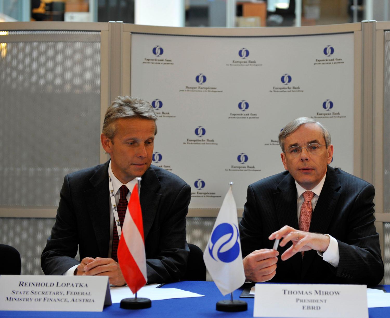 Mit EBRD-Präsdient Thomas Mirow bei der Unterzeichnung des Abkommens (C) EBRD