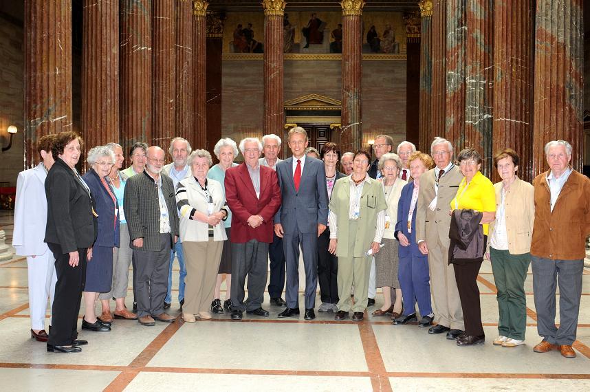 Mit den Pensionisten des Lehrerbundes Hartberg in der Säulenhalle des Parlaments. (C) Parlament