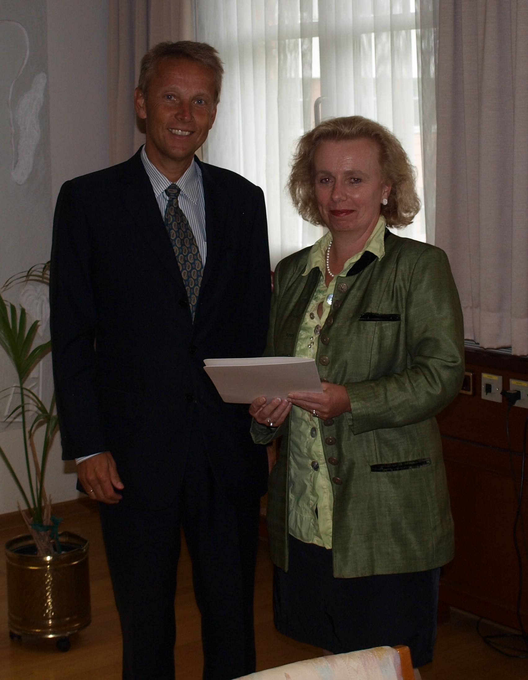 Mit der neuen Leiterin des Finanzamtes Salzburg-Land, Dagmar Singer (C) BMF