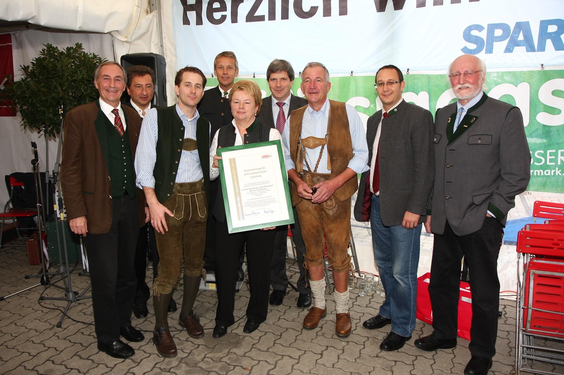 """Im Kreis zahlreicher Ehrengäste feierte die Familie Großschedl das Jubiläumsfest """"150 Jahre Brauhaus Großschedl"""" (C) Büro StS"""