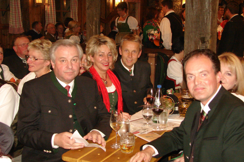 Mit Hermann Schützenhöfer und meiner Frau Franziska im Dorfstadl Rettenegg (C) Franz Putz