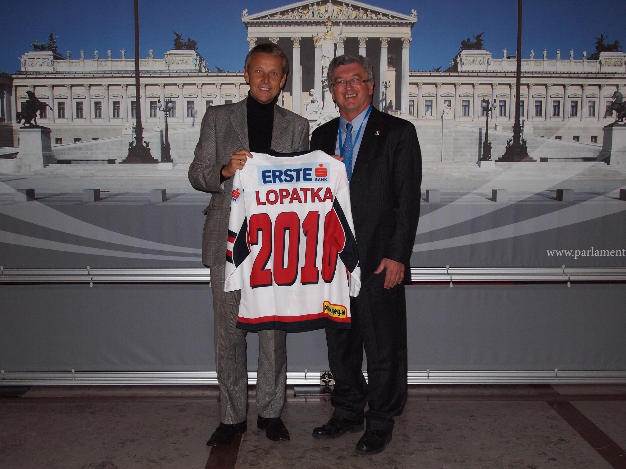 Mit dem Teamtrikot der Eishockey-Nationalmannschaft (C) Österreichischer Eishockeyverband