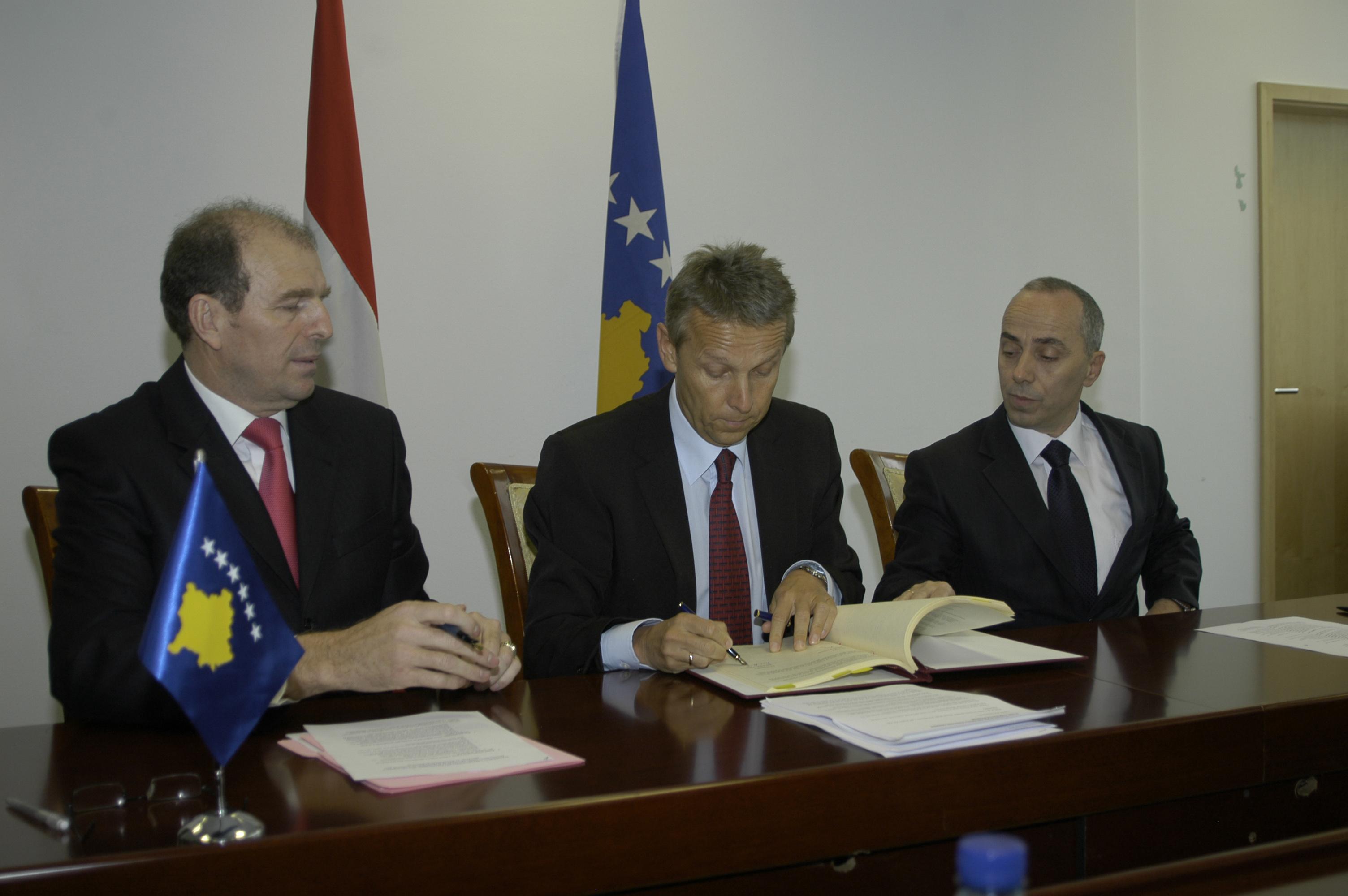 Mit Finanzminister Ahmet Shala (links) und Handelsminister Lutfi Zharku bei der Unterzeichnung des Investitionsschutzabkommens (C) Mag. Michael Krobath