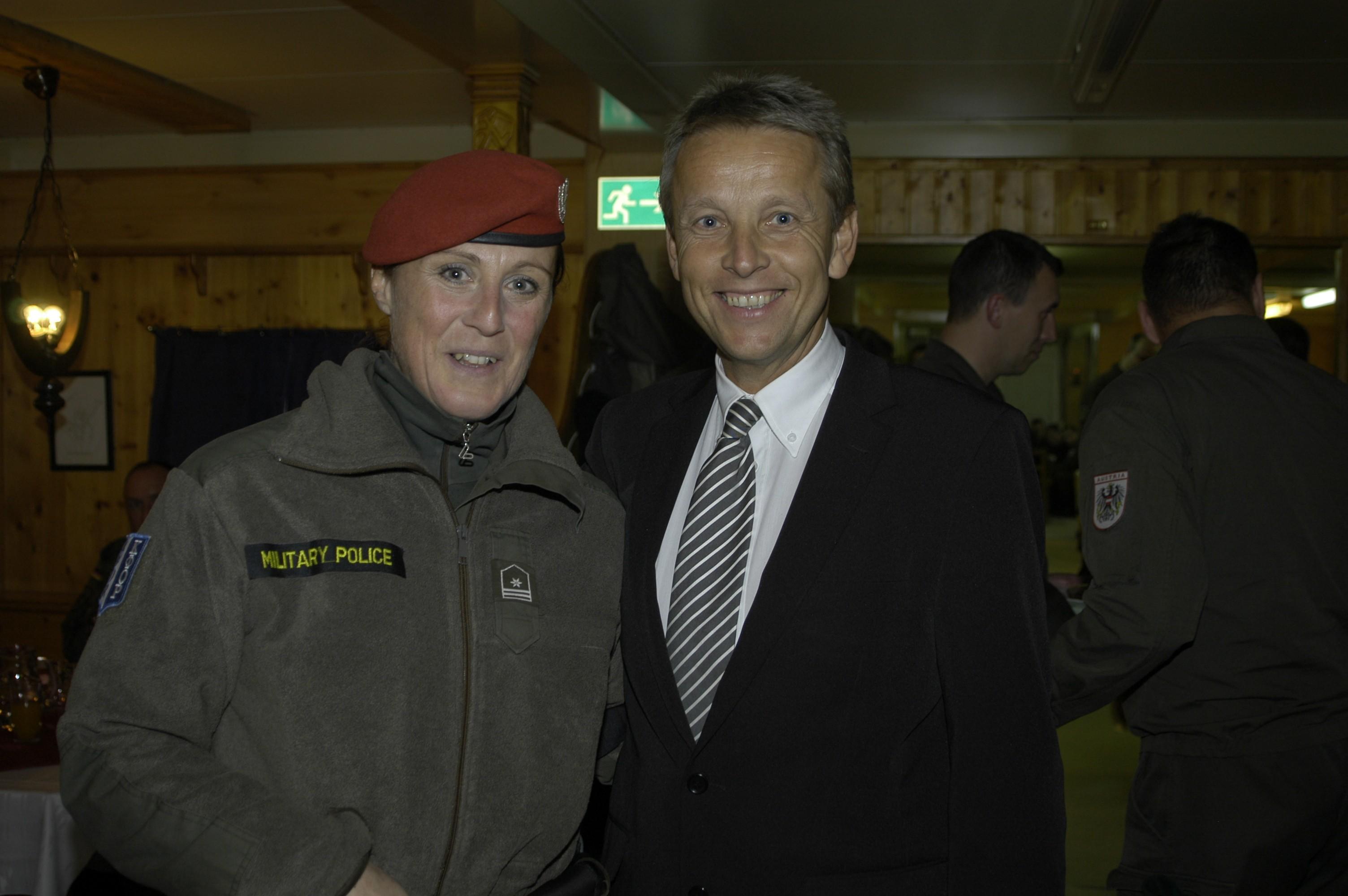 Ein besonders erfreuliches Treffen mit einer Hartberger Militärpolizistin (C) Büro StS