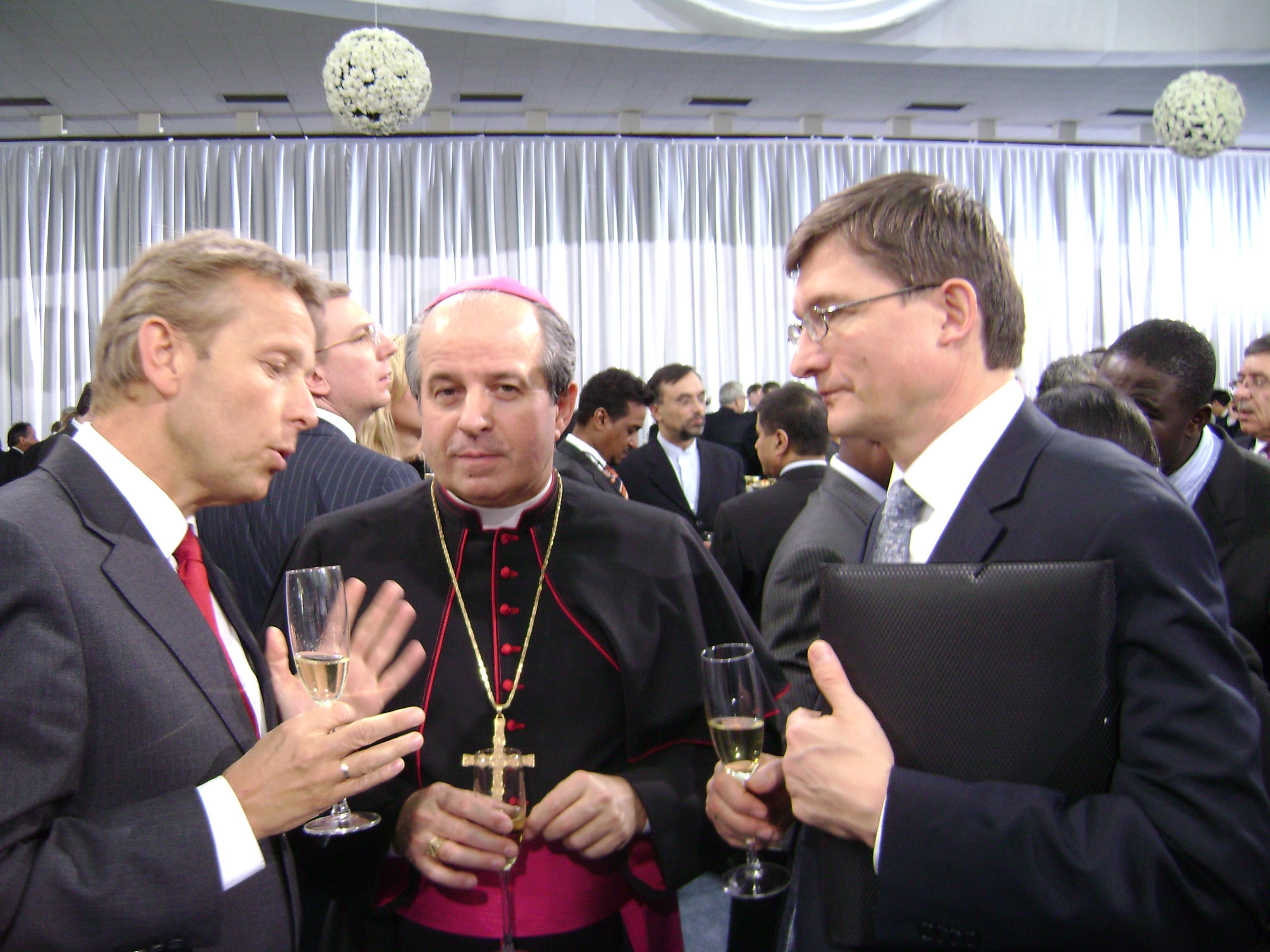 Mit dem apostolischen Nuntius in der Urkraine, Erzbischof Ivan Jurkovič, und Österreichs Botschafter Markus Wuketich (C) Sven Pöllauer
