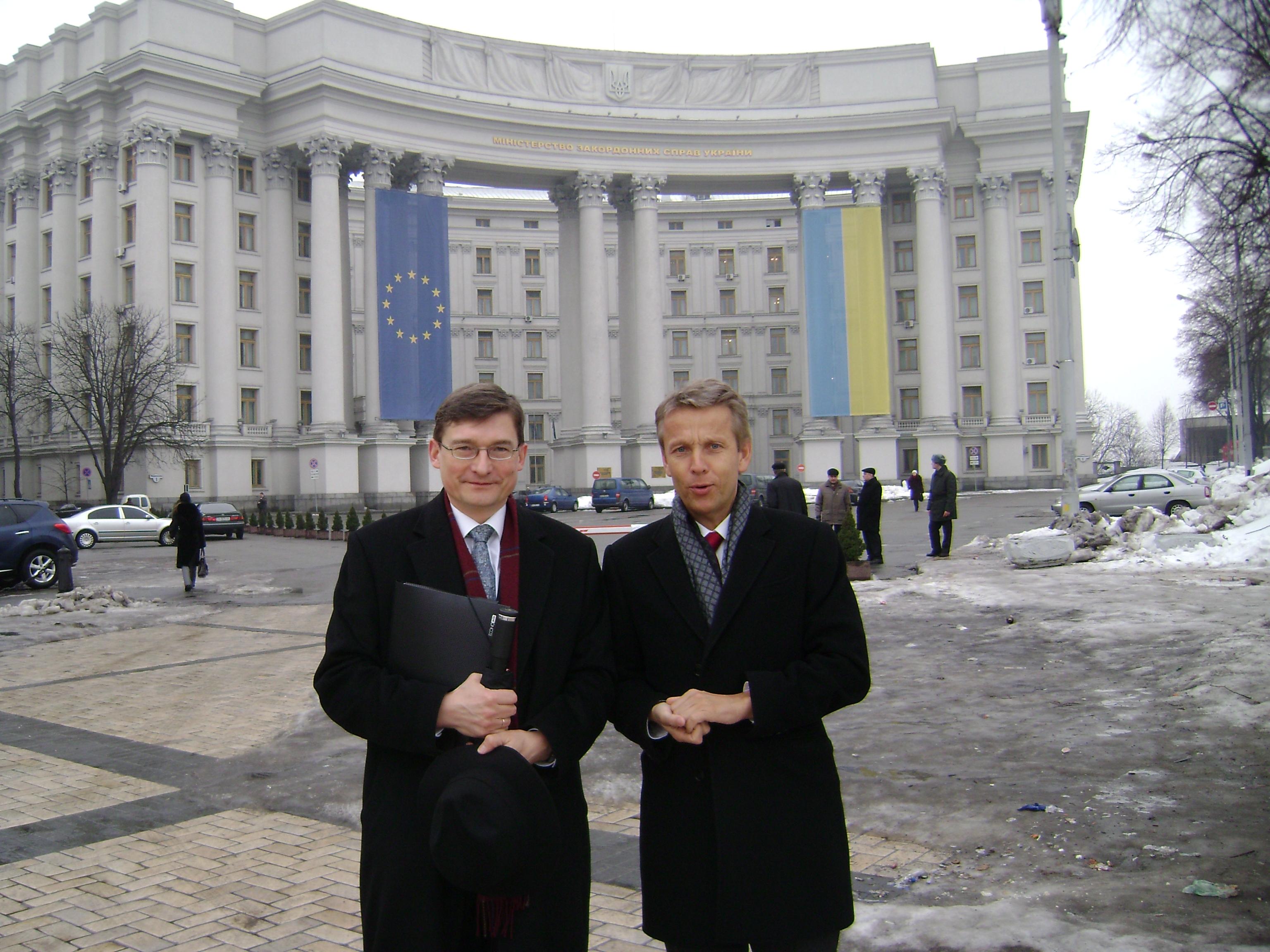 Mit Botschafter Markus Woketich in Kiew (C) Sven Pöllauer