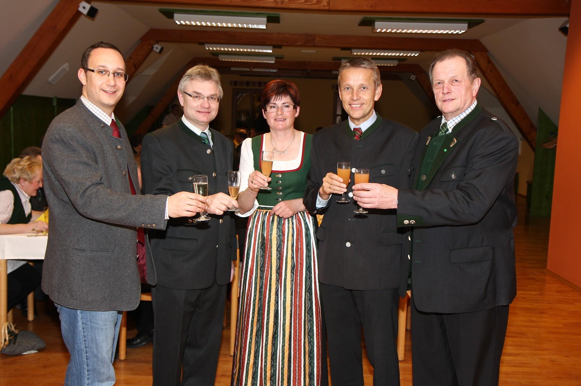 Mit Nationaratsabgeordneten Jochen Pack, Landtagsabgeordneten Franz Riebenbauer sowie Hermann Grassl mit seiner Ehefrau Maria (C) Büro StS